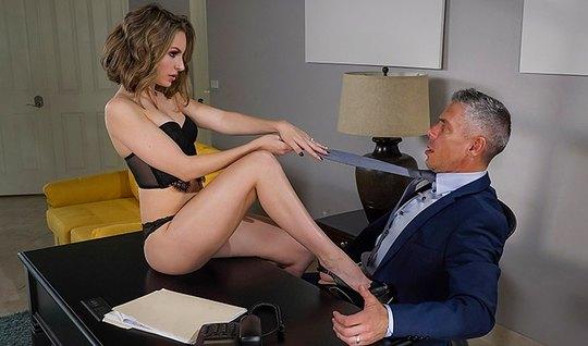 Брюнетка секретарша соблазнила босса на горячий трах в офисе...