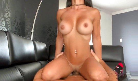 Парень взял камеру и снял домашнее порно с грудастой подруго...