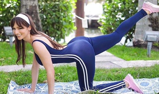 После фитнеса мамочка готова трахнуться с молодым соседом и ...
