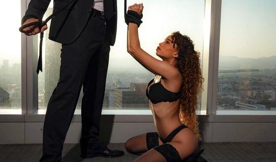 Строгий любовник любит жесткое порно с мулаткой в черных чул...