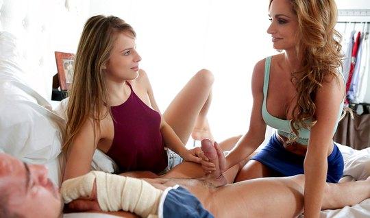 Мамочка и ее дочка в спальне устроили для молодчика группово...