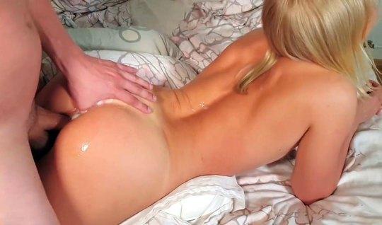 Муж пристроился к жене в позе раком и снял домашнее порно кр...