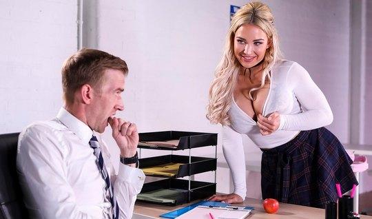 Грудастая блондинка студентка после уроков соблазнила учител...