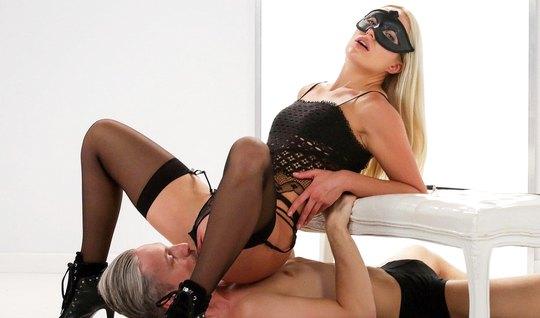 Блондинка в маске и в чулках доминирует над седовласым мужчи...