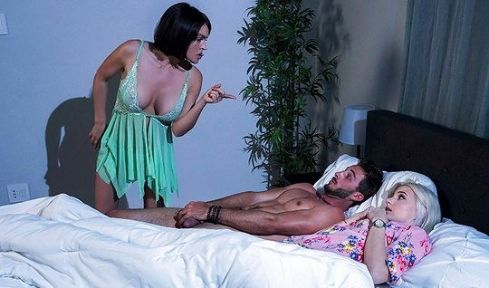 Мамочка заменила парню свою дочь и трахнулась с ним в спальн...