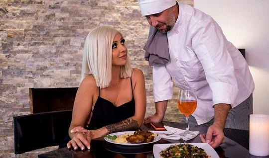 Частный повар после ужина трахает на кухне сексуальную блонд...