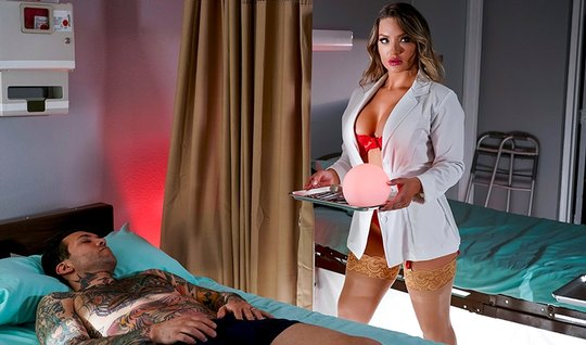 Медсестра с большими сиськами в чулках трахается с татуирова...