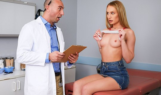 Грудастая блондинка в офисе больницы дает доктору себя трахн...