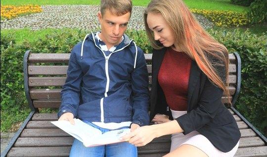 Русская молодуха пригласила домой друга и занялась с ним сек...
