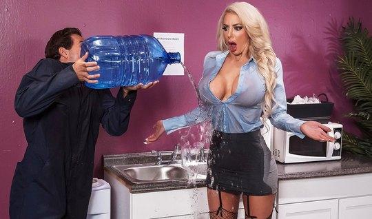 Блондинка прямо в офисе показала доставщику воды сиськи и тр...