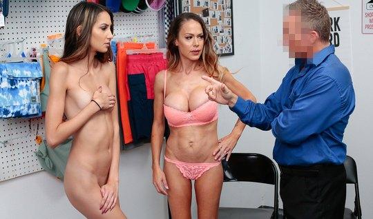 Мамочка и ее дочка участвуют в офисе в групповом сексе с охр...
