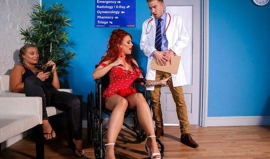 Рыжая мамка прямо в палате позволяет доктору трахнуть ее кис...
