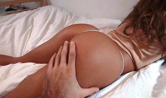 Жена мулатка с большой жопой подставляет дырочку для домашне...