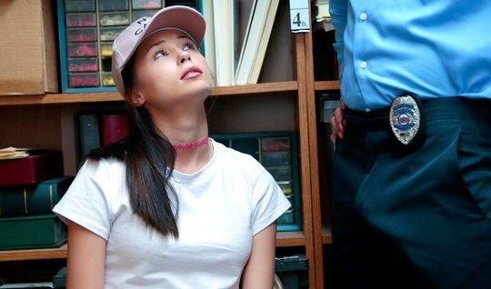 Охранник в офисе трахает членом письку новой подозреваемой в...