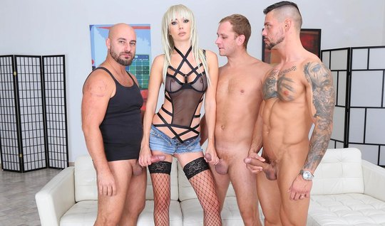 Трое мужиков устроили для блондинки в чулках двойное проникн...