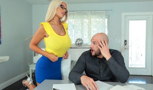 Мамочка блондинка скачет на большом члене своего любовника...