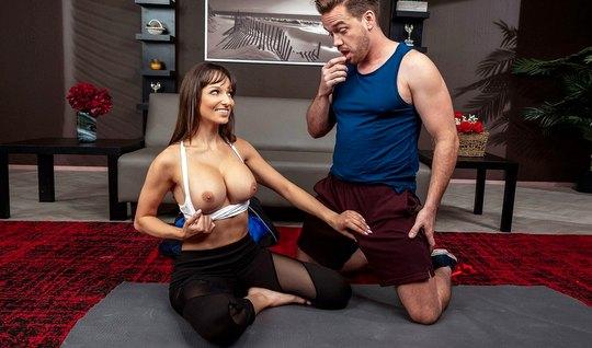 Тренер по йоге трахает членом мамочку с большими сиськами...