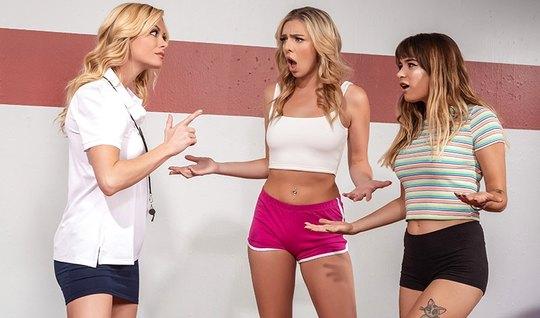 Лесбиянки на полу в спортивном зале развлекают друг друга ла...
