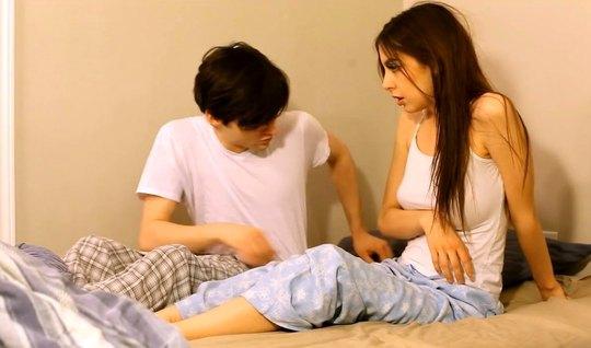 Девушка с темными волосами и парень снимают домашнее порно...