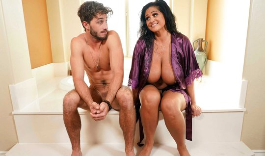 Толстая мамочка в ванной решила изменить своему мужу с его с...