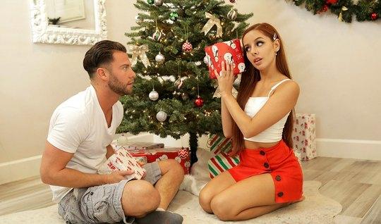 Рыжая девушка под елкой согласилась на горячий секс с парнем...