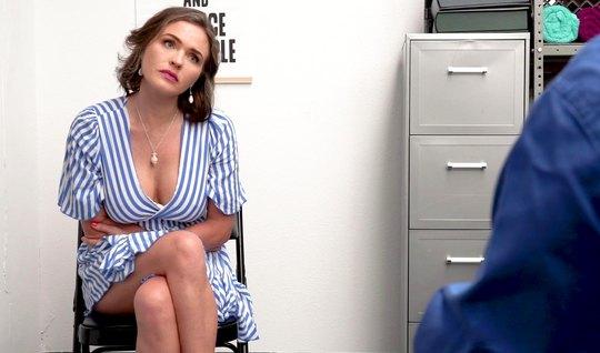 Мамка в офисе раскрыла свои ноги для реального вагинала с ди...