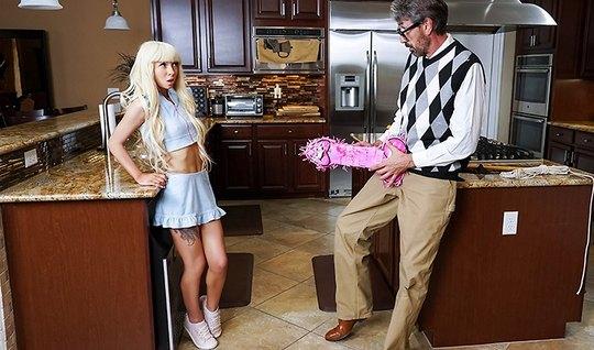 Молодая блондинка на кухне трахается со своим зрелым отцом р...