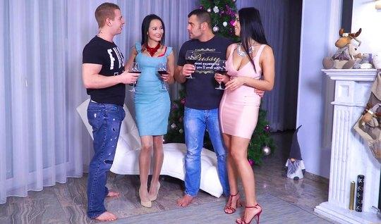 Русский групповой секс двух парней и двух красивых брюнеток...