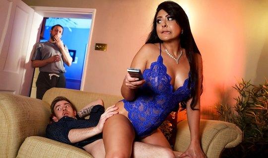 Жена с большими дойками изменяет своему мужу с его другом и ...