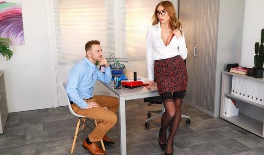 Женщина в чулках прямо в офисе трахается со страстным мужико...