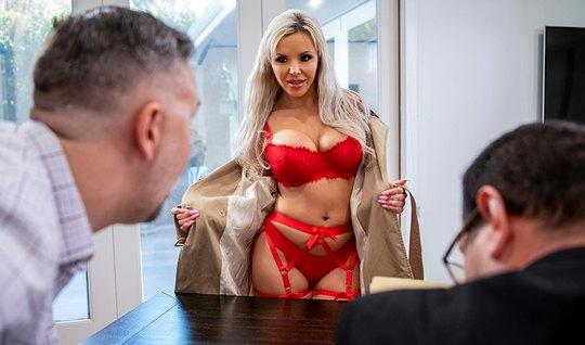 Молоденькая мамка в офисе занимается сексом с любовником...