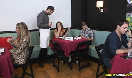 Групповое порно в ресторане с официантами — photo 11