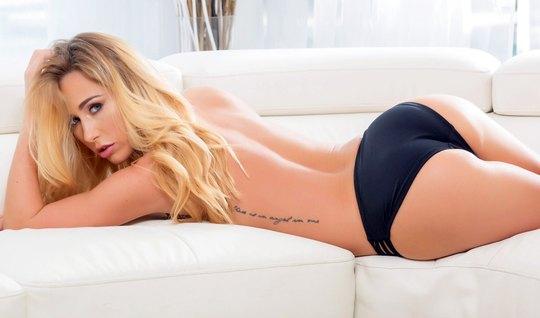 Блондинка прогнулась на диване в позу раком и подставила поп...