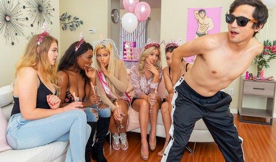 Мамочки во время вечеринки пригласили стриптизера для реальн...