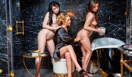 Послушные рабыни помогают мистресскам в лесбийских забавах...