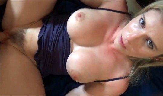 Мамка с большими сиськами участвует в съемке домашнего секса...