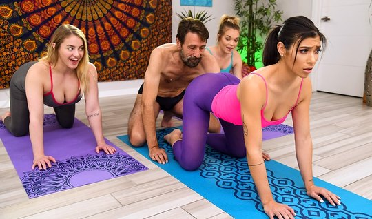 Парень после йоги разводит на анал сексуальную брюнетку в ло...