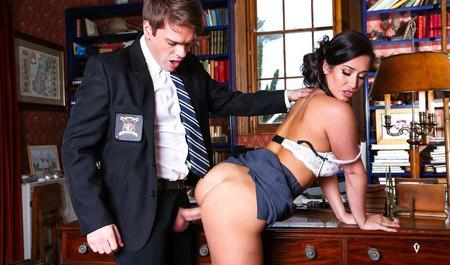 Охранник лижет манду Eva Lovia и дрючит ее на столе...