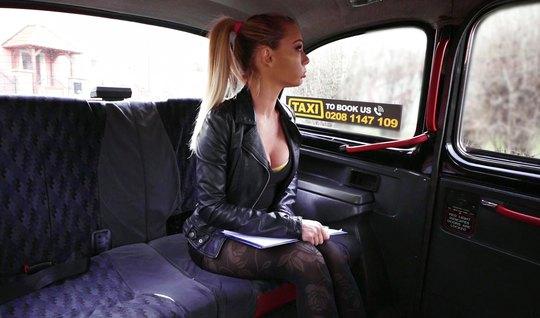 Блондинка в машине разделась до гола для реального траха с в...