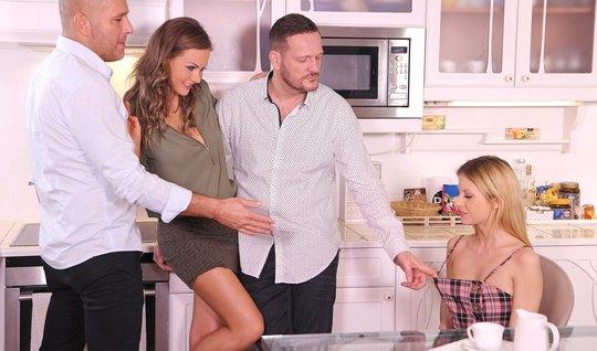 Две семейные пары устроили оргию после ужина с двойным прони...