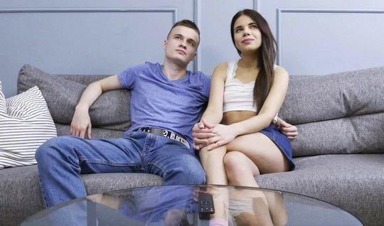 Русская девушка при парне изменяет ему с лучшим другом и пол...