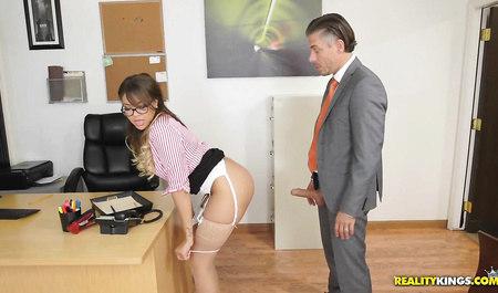 Шеф жестко трахнул секретаршу за мастурбацию на рабочем мест...