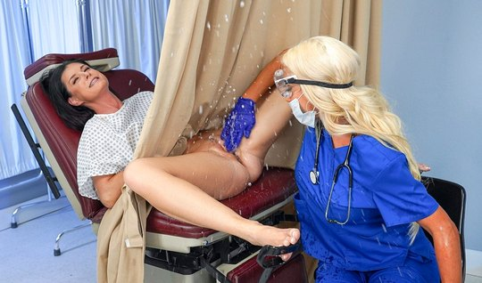 Лесбиянка во время приема у доктора получила свой женский ор...