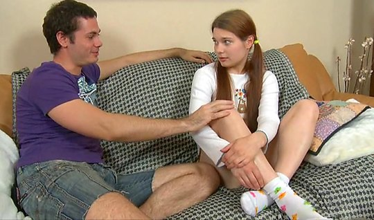 Русская молодая девушка прямо на диване трахается с другом б...