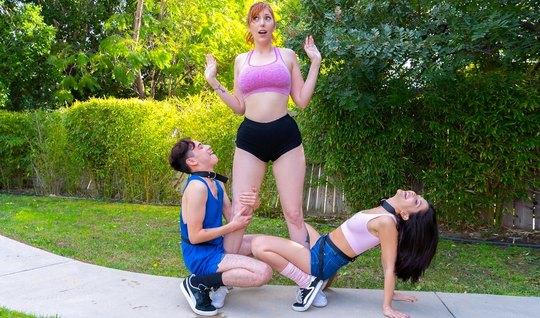 Мамочка и ее молодая подруга устроили парню групповой трах...