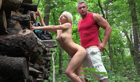 Снял и трахнул симпатичную блондинку в лесном массиве...