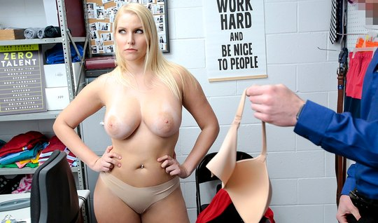 Охранник в офисе заставил зрелую милфу снять красное платье ...