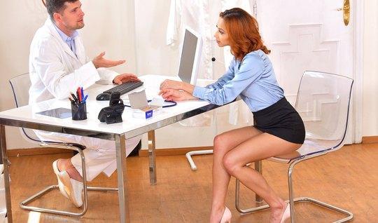 Доктор в кабинете уломал рыжую пациентку на глубокий куни и ...