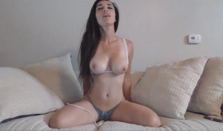 Грудастая девица мастурбирует в он-лайн трансляции