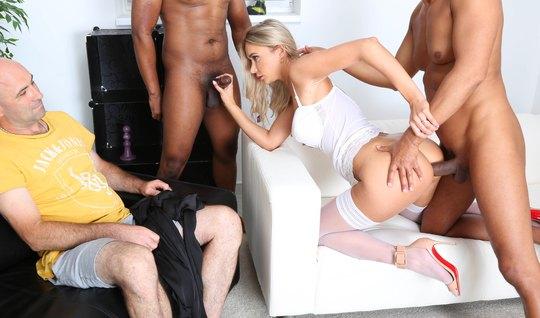 Толпа негров довела до сквирта изменяющую блондинку в красив...